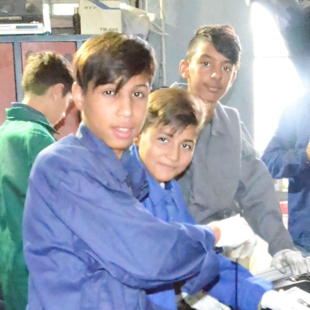 Zukünftige Automechaniker während der Ausbildung