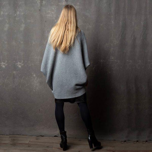 Strickjacke Sophia Rückansicht. Trendy Cardigan von Meinfrollein in Grau
